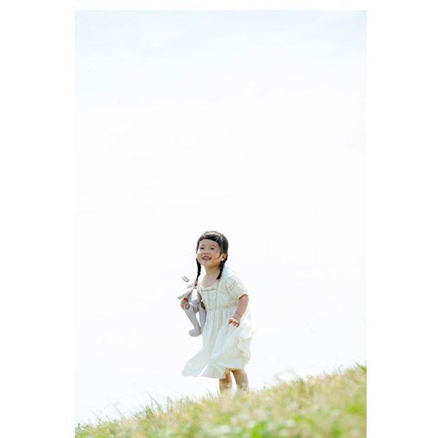 5/14(日)鎌倉プチロックフェスタでのミニ撮影会☘ご予約枠はあとわずかとなりましたが午後からは当日受付けも行ないます。アルクウミさんの衣装サイズのご用意が限られてしまいますので衣装での撮影ご希望の際は 事前予約がオススメです音楽が流れるシロツメクサの丘で 裸足で走り回っちゃいましょう♩詳しくは @alku_mi さんまで。#出張撮影#ロケーションフォト #鎌倉プチロックフェスティバル #itophotography #シロツメクサ#4歳#写真好きな人と繋がりたい #写真撮ってる人と繋がりたい #ミニ撮影会#記念撮影#kidsphotography #dress#ハンドメイド子供服 #アルクウミスタイリング #鎌倉#kamakura#湘南 (Instagram)