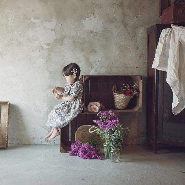 お花屋さんの お店番@alku_mi さんの店内撮影毎回 ひとりひとり テーマが違うけれど季節のお花で お花屋さん や 職業体験シリーズ化 希望。#かわいすぎて#また#たくさん撮ってしまいました#出張撮影#アルクウミ#アルクウミスタイリング #お花屋さん#3歳#職業体験#シリーズ化 #kidsphotography #bouquet #itophotography #flower #florist #ハンドメイド子供服 #写真好きな人と繋がりたい #写真撮ってる人と繋がりたい #アンティーク#鎌倉#子供写真#コドモノ#お誕生日記念#湘南 (Instagram)