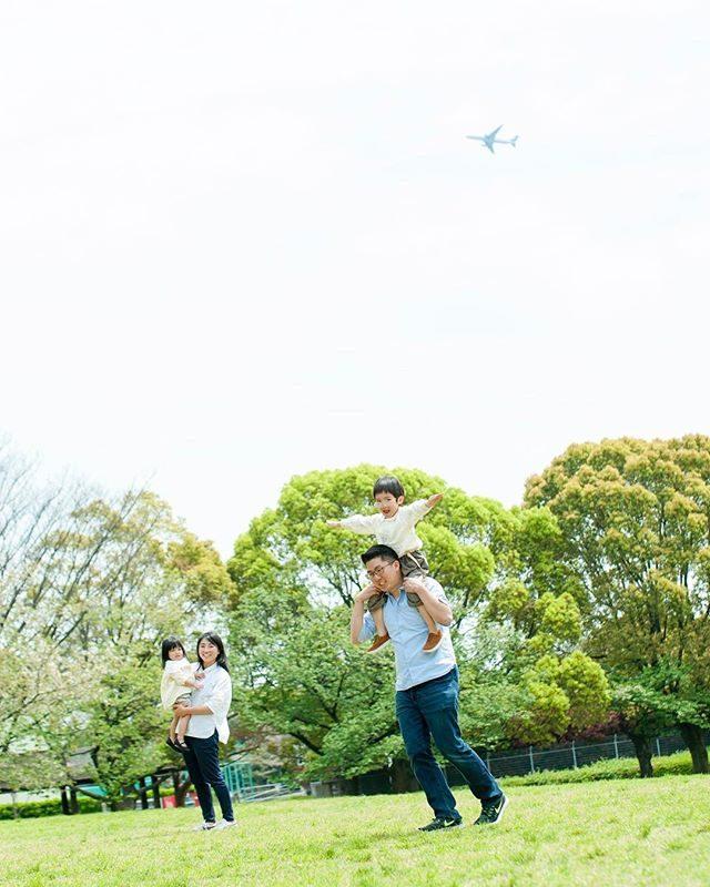 飛行機とパパ飛行機️NYからやって来て時差ボケ状態にも関わらず頑張っていただきありがとうございましたー!#jetlagged #airplane #飛行機#kidsphotography #familyphoto #パパ飛行機#家族写真#こどもの日#itophotography #ig_japan #新緑#写真好きな人と繋がりたい #写真撮ってる人と繋がりたい #東京#出張撮影#ロケーションフォト #時差ボケ#family#子供写真 #コドモノ (Instagram)