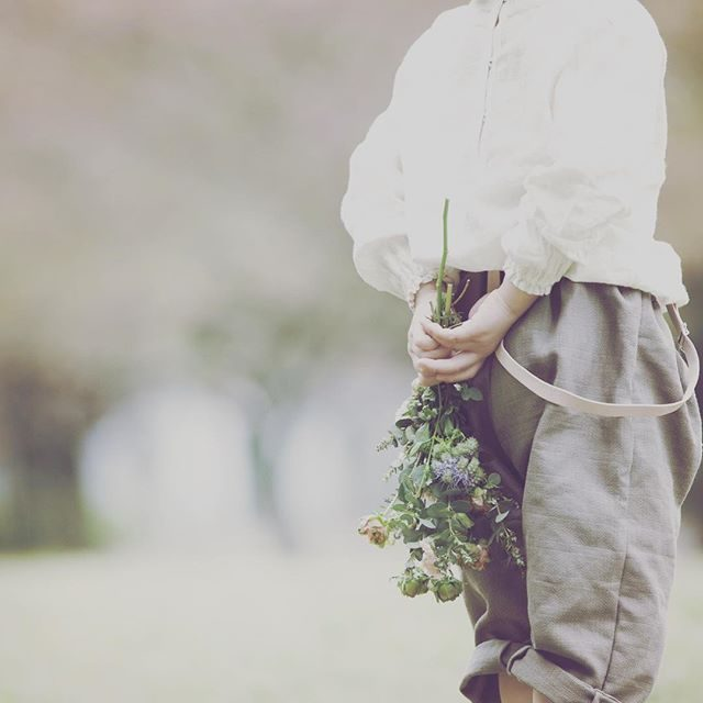 お外での ものがたりづくりそろそろ 生花からスワッグの季節 かな。。@alku_mi さん店内では通年 フレッシュな お花やケーキでの撮影が可能です。今日の撮影のお題は お花屋さん。昨日 娘が撮影用にと 選んだお花も忘れず 持っていかなくては。。 #娘も#職業体験#お花屋さん#flower#swag #ロケーションフォト #出張撮影#itophotography #kidsphotography #bouquet #鎌倉#湘南#コドモノ#子供写真#boy#写真好きな人と繋がりたい #写真撮ってる人と繋がりたい (Instagram)