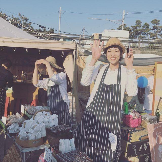 故郷の同級生に遭遇!接客してるときの聞き覚えのある金沢弁でハッと気づく。1日だけの出店で 20年以上ぶりに出会えるなんて@sunday_bake_shop さん@217chiaki  やっと会えたよーー!しかも 東京じゃなくて 逗子!#逗子海岸映画祭 #zushibeach#逗子 #sundaybakeshop#金沢弁#金沢弁炸裂 #同級生 (Instagram)