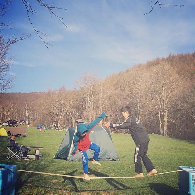 1時間のトレイルランを終えスラックラインをはじめる子供達の朝6時。#朝活#キャンプ#トレイルラン#スラックライン#白樺#長野#菅平 (Instagram)