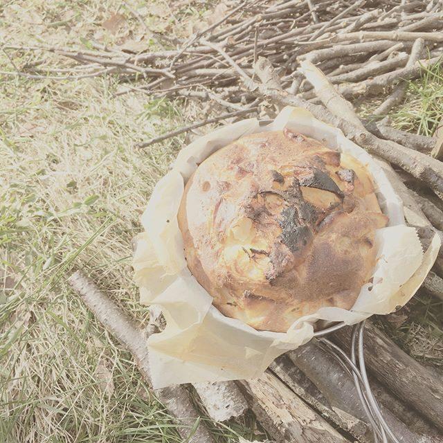たくさんいただいた 長野のリンゴと ダッチオーブンでアップルケーキ 焼けました。ただいま コトコト ジャムづくり。#アップルケーキ#信州リンゴ#りんご#ダッチオーブン#キャンプ#camp#アウトドアクッキング#ジャム#長野#菅平 (Instagram)