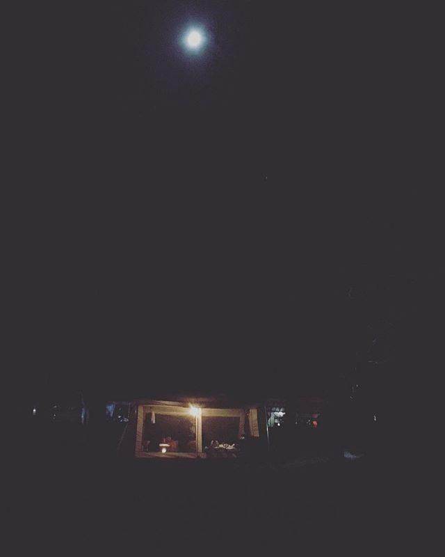 青白い月。今回は 荷物を極力減らして天体望遠鏡を積んできた。子供達は 夜空の世界に大喜び🔭#キャンプ#長野#天体望遠鏡#夜空#ゴールデンウィーク #家族旅行 (Instagram)