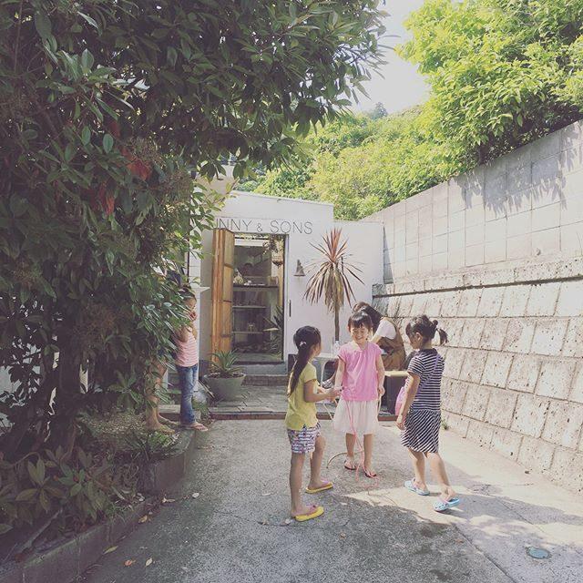 フラの衣装製作デーが誘惑に 負けのんびり サンデーに。。@sunnyandsons さんのアトリエブロカントの食器も ステキでした🍽また 是非 開催してほしいなぁ♩#縄で縄跳び#sunnyandsons#葉山#酵素ジュース#キッシュ#ig_kids #sunday#antique #ブロカント#ケーキ#アトリエ (Instagram)