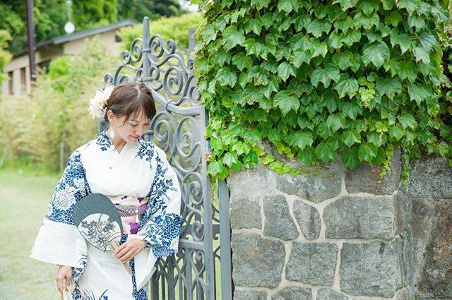 浴衣美人。6ー8月の七五三撮影は室内のみですが 浴衣でお散歩ものがたりお受けしております。紫陽花の季節家族や カップル お友達と一緒に浴衣姿で 鎌倉歩きの楽しいひとときを。7/19 鎌倉花火大会の日はお世話になっている着付けの先生による浴衣付き 着付けレッスン。ミニ撮影とポージングサポート付きです。そのまま 花火大会へ行けちゃいます。#浴衣#鎌倉#浴衣美人#湘南#鎌倉花火大会#花火大会#itophotography #wabito#着付けレッスン#紫陽花#ポートレート#プロフィール撮影 #ポージングレッスン#凛人#浴衣デート #summer#梅雨 (Instagram)