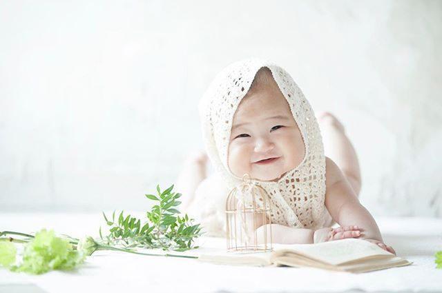 癒し。@alku_mi  スタイリング#ハーフバースデー#halfbirthday #baby#出張撮影 #子育て#コドモノ#アルクウミスタイリング #鎌倉#antique #white#ig_kids #ig_japan #写真好きな人と繋がりたい #写真撮ってる人と繋がりたい (Instagram)