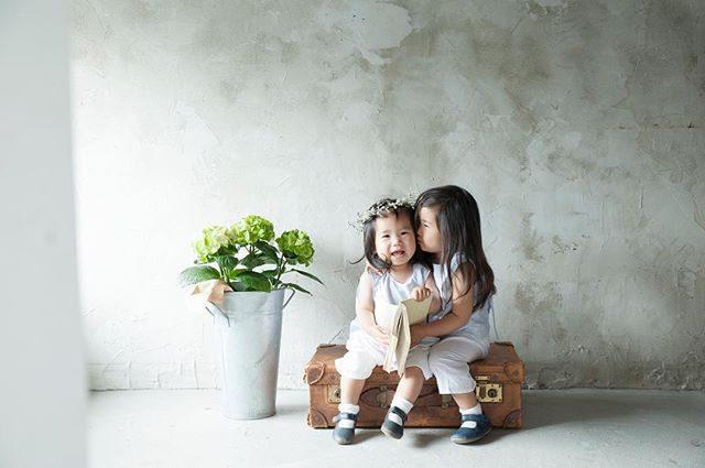 1歳 と 2歳。シンプルな 空間が可愛らしさを 引き立ててくれます。この壁面だけで いつも 何十枚と ものがたりを残せるから本当に 不思議。夏のアルクウミスタイリングお問い合わせは@alku_mi さんまで。#アルクウミスタイリング #鎌倉#出張撮影#子供写真#壁#アンティーク#1year#2year#としご#summer#紫陽花#itophotography #湘南#写真好きな人と繋がりたい #写真撮ってる人と繋がりたい #子育て#コドモノ#kidsfashion #kidsphotography #ハンドメイド子供服 #子供服 (Instagram)