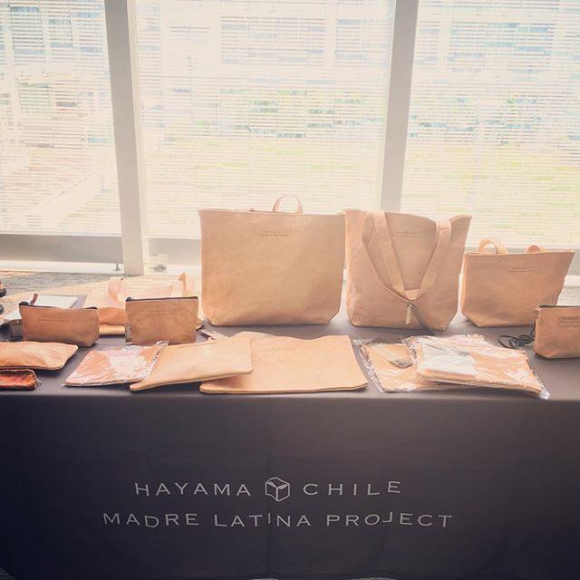 南米チリの貧困女性を支援するフェアトレードプロジェクトMADRE LATINA PROJECT 立上げ時から 撮影の方で お手伝いさせていただいています。デザイナーさんは 葉山在住のママさん。どんどん ラインナップが増えて活動の幅も広がり真四角では 収まらなくなりました。遠く離れた国のお母さんと繋がっていける喜び。ご縁いただく場所で無理なく 小さなことから自分ができることを続けていきたいと思います。#フェアトレード#すくすくパラダイス#madrelatinaproject #葉山#革製品#ハンドメイド#チリ#南米#子育て#子育て支援#湘南#ポーチ (Instagram)