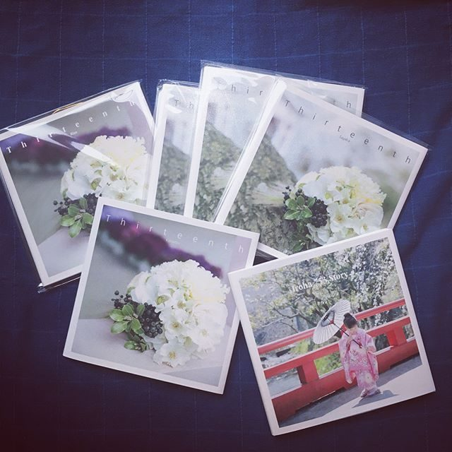 桜の季節に撮影したものがたりが 到着しました。梅雨に見ると パッと明るい細々 ひとり作業につきただいま ブックの納期は 2ヶ月半待ちとなっております。来月には制作追いつきそうです。七五三シーズンまで キープできればと。。 #納期#photobook#七五三前撮り #十三詣り (Instagram)