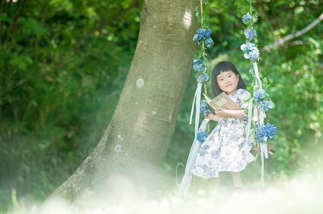 パパ作お誕生日ブランコ@leplaisir_leplaisir さんのお祝い花×パパの 初コラボ普段のお仕事では体験できない主役のお子さまパパ ママの とっても嬉しそうな顔にその場で出逢える喜びを感じ嬉しかったそうです。衣装 @alku_mi #職業体験#ハンドメイド #ig_japan #kids #kidsphotography #紫陽花#summer#birthdayphoto #お誕生日記念 #子供写真#出張撮影#ロケーションフォト #葉山#tree#flower#写真好きな人と繋がりたい #写真撮ってる人と繋がりたい #湘南#ハンドメイド子供服 (Instagram)