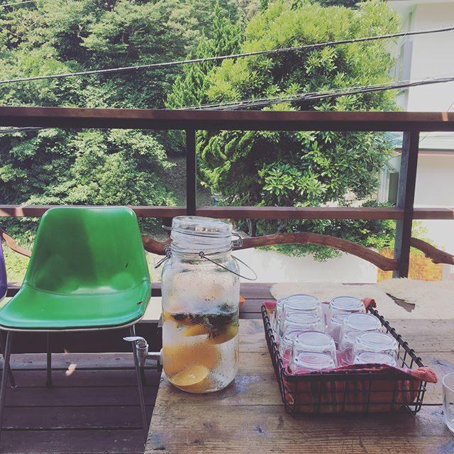 秋冬撮影。本日お世話になった スタジオ。@miccakanzaki さんの細やかな おもてなしと心地よい風が通る 空間ご近所なのに どこか遠くへ来たような気分でした︎︎#ありがとうございました#秋冬カタログ#AW#オーガニックコットン#ハウススタジオ撮影 #天衣無縫#summer#drink#カタログ撮影 (Instagram)