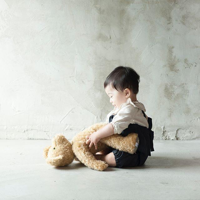くまくん。。 おきてよーー!今年は なんだか とっても暑くてクマさんも バテ気味?! 夏の室内ミニ撮影のお問い合わせは@alku_mi さんまで#bear#手づくりクマ#kidsfashion #ハンドメイド子供服 #出張撮影#湘南#鎌倉#1歳記念#1stbirthday #子供写真#1歳#お誕生日記念#写真好きな人と繋がりたい #写真撮ってる人と繋がりたい #子育て#コドモノ#summer #antique #baby#smile (Instagram)