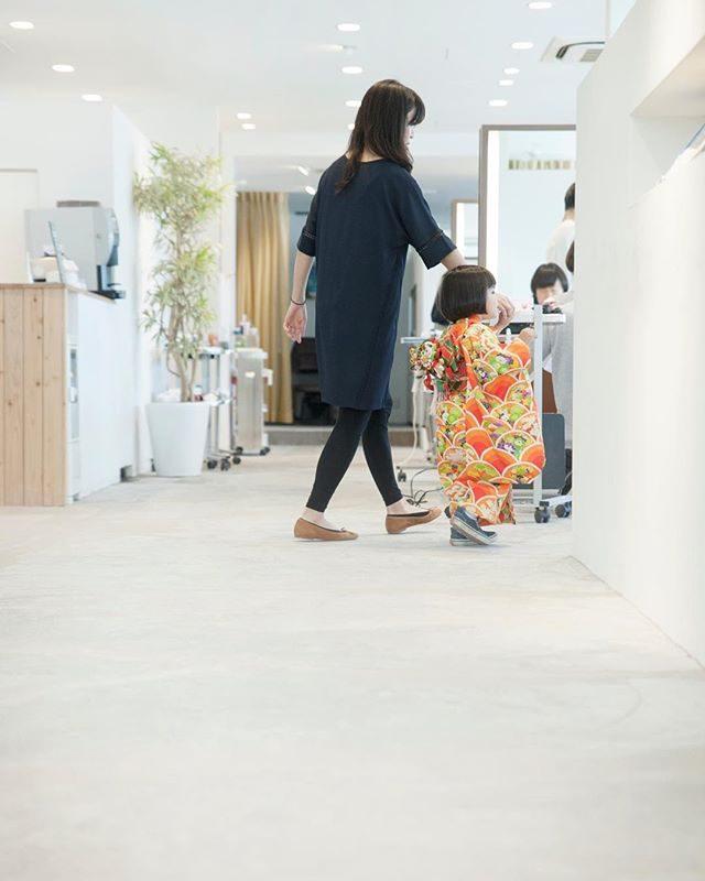 トコトコトコ 。tricca 753 Anniversary 海が見える素敵なサロンでお祝いの1日が始まります。お支度シーンも 大切に綴ります。撮影のご予約は tricca balconyへ︎お電話予約のみとなっております。#七五三#出張撮影#ロケーションフォト #3歳#前撮り#葉山#森戸神社#森戸海岸#着物#kimono#美容室#triccabalcony #写真好きな人と繋がりたい #写真撮ってる人と繋がりたい #逗子#子供写真#tocotoco#antique #お支度シーン#ig_kids #ig_japan #湘南 (Instagram)