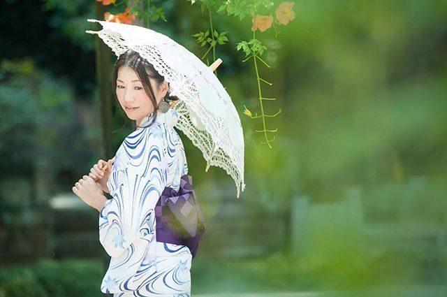 凛と。撮影会の時に大好評だったリネンの日傘。春先に メアリーポピンズ用に購入して浴衣の季節に大活躍。着物には和傘ですが浴衣には 日傘が涼しげです。#浴衣#浴衣美人#出張撮影#ロケーションフォト#葉山#鎌倉#ig_japan #japan#写真好きな人と繋がりたい #写真撮ってる人と繋がりたい #itophotography#お母さん#mother#湘南#湘南ママ#子育て#夏#日本の夏#summer#凌霄花#シンプルな暮らし (Instagram)