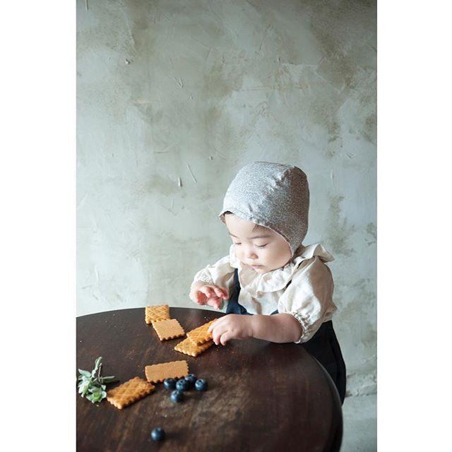 テーブルの上で繰り広げられる小さなものがたり。つまむにぎるバラバラにするとりあえず なめてみる。。1歳の坊やの 「今できる」ことのものがたりをたくさん残すことができる のです。ALKU'MIミニ撮影お問い合わせは @alku_mi さんまで。#1stbirthday #ハンドメイド子供服 #撮影衣装#birthdayphoto#1歳#kidsphotography #kidsfashion #鎌倉#湘南#お誕生日記念#写真好きな人と繋がりたい #itophotography#アルクウミスタイリング#子育て#ママリ #tocotoco#ig_japan #kamakura#story#happykids (Instagram)