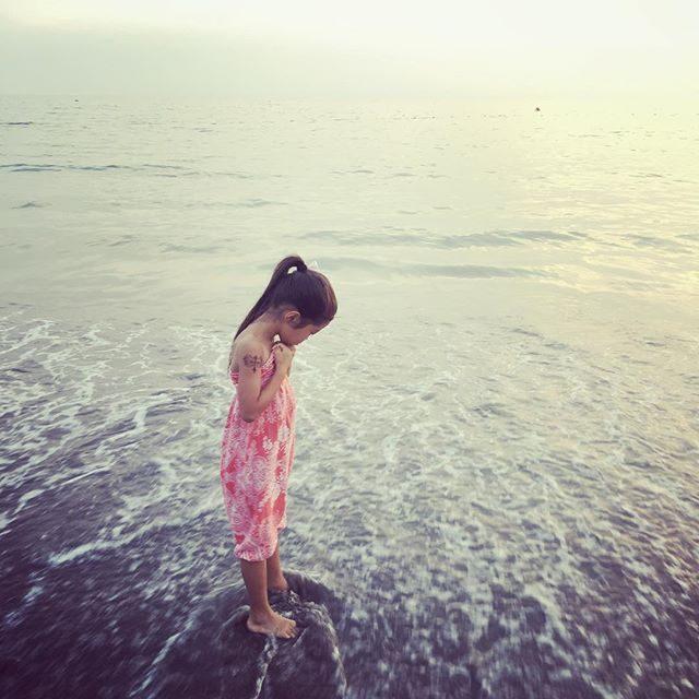 夕食後の お散歩夕涼み。大門商店で売ってる昔ながらの 懐かしアイス棒一色の海に なんか よく合う。#アラジンパンツ#一色海岸#昔ながらの#アイス棒#大門商店#夕涼み#アラジンパンツ#夕涼み (Instagram)
