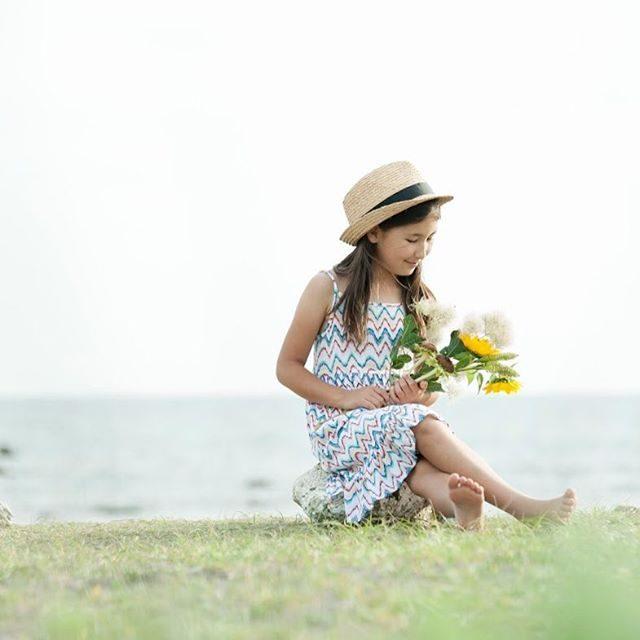 ハーフ成人式でイメージする花なぜか 夏と ヒマワリ息子たちの記念撮影も冬だったけれど 夏っぽく半袖で撮影しました。今日は @alku_mi さんが偶然にもヒマワリのアレンジを用意。#ハーフ成人式#記念撮影#フラワーアレンジ#出張撮影#ロケーションフォト #写真好きな人と繋がりたい #写真撮ってる人と繋がりたい #ファインダー越しの私の世界 #ヒマワリ#向日葵#小学4年生#夏休み#sunny#sun#summer (Instagram)