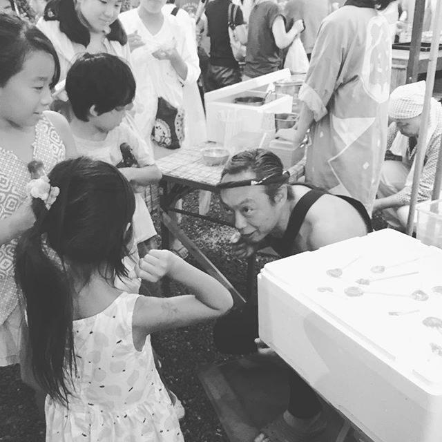 じゃんけん飴7歳相手に 本気な ところがいい#日影茶屋#お祭り#じゃんけん飴#葉山 (Instagram)
