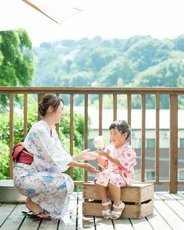 コワーキングさんでの縁日出張写真館ママも浴衣で。この日は灼熱の暑さだったのに優しい眼差しで お子さんと接する浴衣姿の女性が佇む空間はとっても 涼しげに感じました。8/18、8/23の撮影会是非 ママさんも 浴衣姿で♩ **着付けと 子供ワークショップイベントのご予約は @uno.noriko さんまでALKU'MIさんでの縁日出張写真館のご予約は @alku_mi さんまでどちらも 鎌倉での撮影になります。#出張撮影#ロケーションフォト#コドモノ#子供写真#夏休み#夏の思い出#summer#鎌倉#ig_japan #ig_kids #写真好きな人と繋がりたい #写真撮ってる人と繋がりたい #浴衣#浴衣美人#親子写真#コワーキングスペース #kamakura#itophotography (Instagram)
