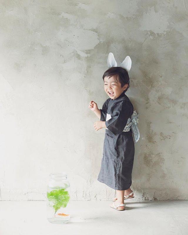 8/23 wedALKU'MIさんにて縁日出張写真館。3ー4歳の男の子の手づくり浴衣レンタルできます。ご予約 お問い合わせは@alku_mi さんまで♩子どもたちが ぐんと成長する夏日焼けした肌と 夏の思い出のキロクを浴衣や 甚平さん姿で♩#出張撮影#夏の思い出 #浴衣 #甚平#子供写真#コドモノ#鎌倉#縁日#写真好きな人と繋がりたい #写真撮ってる人と繋がりたい #summer#日本の夏 #IGersJP #ig_japan #ig_kids #kidsphotography#湘南#子育て#ハンドメイドこども服 (Instagram)