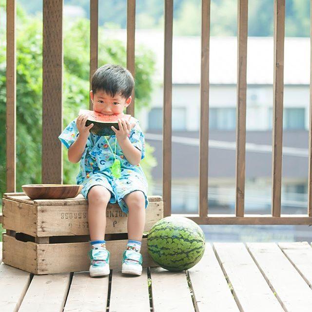 スイカ 食べる シリーズスイカが大好きな子編。甚平さんは おばあちゃんの手づくり。夏の思い出の1ページとしておばあちゃんのキモチも一緒に♩#スイカ#watermelon #夏休み#出張撮影#ロケーションフォト#kidsphotography #鎌倉#子連れで働く#コワーキング#itophotography #写真好きな人と繋がりたい #写真を撮るのが好きな人と繋がりたい #子供写真#縁日#summer#湘南#子育て#日本の夏#summervacation#甚平 (Instagram)