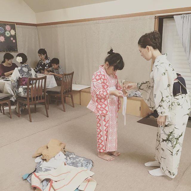 wabito 夏休み企画。@uno.noriko 先生の着付けレッスンでは小学2年生の女の子も自分で着付けられるようになっちゃうのです。とにかく 不器用な私ですが明確で丁寧な教え方のおかげで 自分で着れちゃった。帯も結べちゃった!これは たくさんの方に 伝えたいなぁと。秋は七五三シーズンですが大人の着物時間も大切にしたいと思います。#夏の収穫#wabito#浴衣#着付けレッスン#子供着付け#鎌倉#着物#着物美人#日本の夏#夏休み (Instagram)