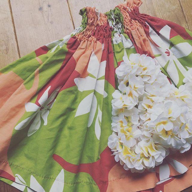 手縫いの パウ娘 絶賛 サイズアウト中。。見て見ぬ振りしてたけれどもう さすがにミニスカートで限界に。。この夏は 作ろう!と決めてたのに 生地すら買えてない。。土曜日のステージに必要なモノを今 やっと準備し始めたレッスン 2時間前。。 #間に合うのか#パウスカート#譲ってください#手縫い#フラ#keiki#hula#プルメリア#七里ヶ浜#湘南#子育て (Instagram)