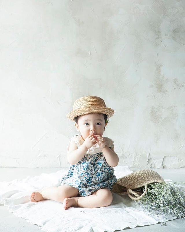 モグモグ9月からは 一気にお外での撮影が増えて来ますがまだあんよができない小さなお子さまにはシンプルだけど その子ができる「今」をたくさん残せる不思議な空間での ものがたりづくりがオススメです。今日は どんな「できる」に出会えるかな♩お問い合わせは @alku_mi さんまで#子育て#コドモノ#写真好きな人と繋がりたい #写真撮ってる人と繋がりたい #アルクウミスタイリング#出張撮影#1stbirthday #baby#kidsphotography #鎌倉#itophotography (Instagram)
