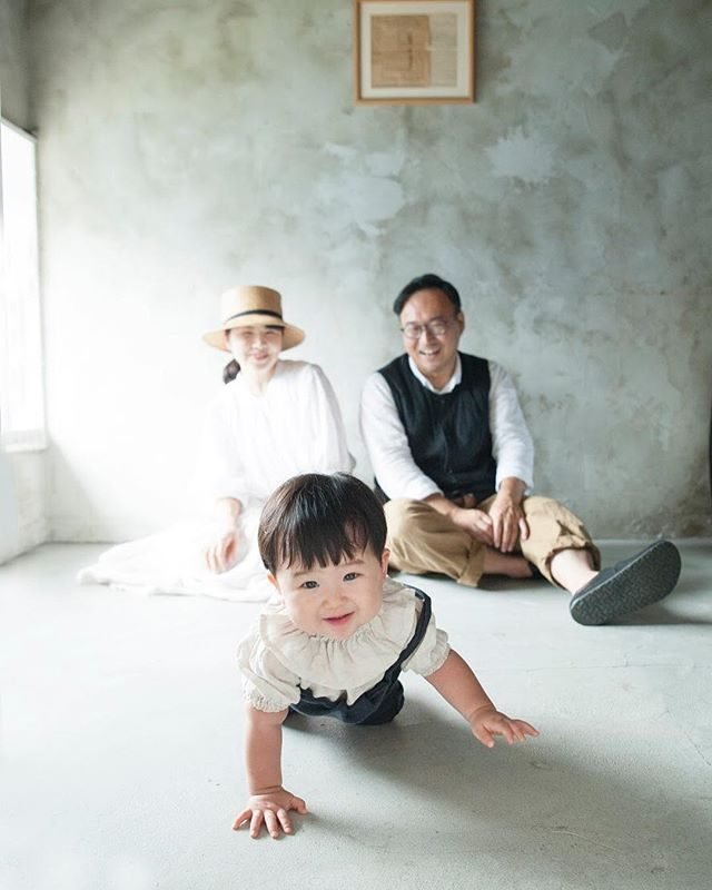 1歳のお誕生日の日ALKU'MIさんのお店はおめでとう のあたたかい雰囲気に 包まれます。#happybirthday #1stbirthday#birthdayphoto#出張撮影#鎌倉#写真好きな人と繋がりたい #写真撮ってる人と繋がりたい #子育て#コドモノ#ベビフル#ig_japan #IGersJP #ig_kids #kidsphotography #ハンドメイドこどもふく #ハンドメイド#アンティーク#アルクウミスタイリング#itophotography#湘南 (Instagram)