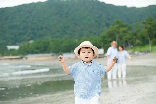 砂にぎりしめて駆け寄ってくるときのスリル感🌬#出張撮影#ロケーションフォト#湘南#葉山#kidsphotography #年賀状用撮影#家族写真#familyphoto#beach#一色海岸 (Instagram)