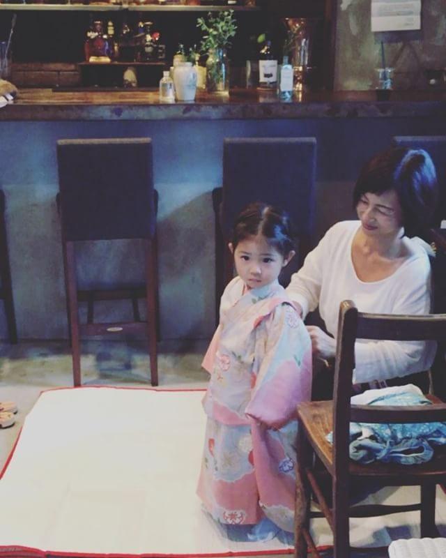 お着付けは BARでが @alku_mi 流。この日はママがヘアセット一緒につくりだす お祝いの一日。#出張撮影#ロケーションフォト #お宮参り #七五三#七五三撮影#お支度シーン#着付け#着付師#鎌倉#湘南 (Instagram)