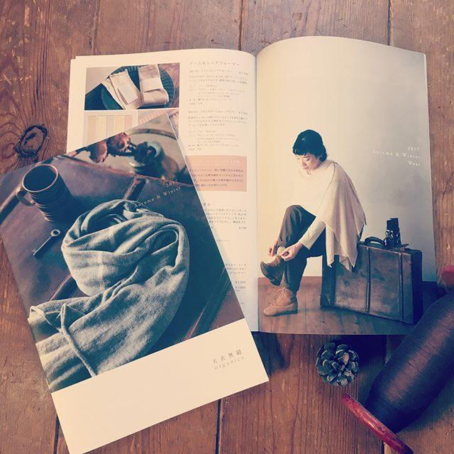 天衣無縫さんのA/Wカタログ。今シーズンもお手伝いさせていただきました。今回のテーマは オーガニックなタビビトということで どこか異国情緒漂う@miccakanzaki さんのスタジオがぴったりでした。急に寒くなっちゃったので今日は 天衣さんのウールソックスでぽっかぽか。#autumn #天衣無縫#AW#カタログ撮影#葉山#オーガニックコットン#シンプルライフ#シンプルな暮らし#旅人#オーガニック#撮影#スタジオ (Instagram)