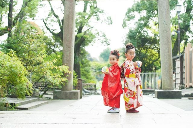 雨雲レーダーとにらめっこしながらあと15分後には雨が上がるというタイミングで出発。雨上がり撮影 大成功。長靴も オモイデに。#出張撮影#ロケーションフォト #鶴岡八幡宮#鎌倉#3歳#5歳#七五三#七五三撮影 #アンティーク着物#写真好きな人と繋がりたい #写真撮ってる人と繋がりたい #ig_japan #ig_kids #湘南#葉山#itophotography#雨上がり#kidsphotography #着物 (Instagram)