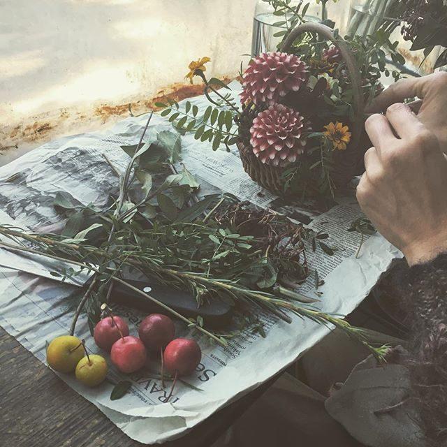 今日のお祝い花。キティちゃんが大好きな女の子へ小さなリンゴ付きダリアもキティカラー。@leplaisir_leplaisir さんいつもありがとう!!午後のお祝い花も楽しみ♪#出張撮影#ブーケ#七五三#ig_japan #七五三撮影#葉山#逗子#アミーゴキッチン (Instagram)