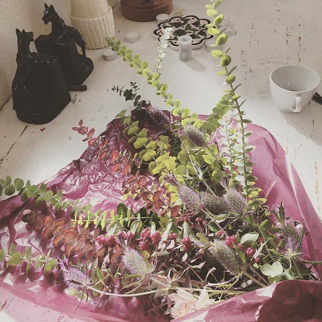 本日のお祝い花。ママもパパもダンサーなのでダイナミックに作ってくれました。@leplaisir_leplaisir さんもいっしょにほのぼの お支度時間。#七五三#出張撮影#ロケーションフォト#5歳#3歳#鎌倉#kamakura#ブーケ (Instagram)