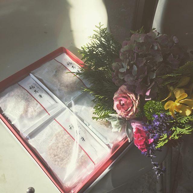 午後のお祝い花と午前のお土産に頂いた 京都の福寿米。縁起物 みんなでお裾分け。#ブーケ#アミーゴキッチン#bouquet#出張撮影#七五三#葉山#ig_japan #福寿米#お祝い (Instagram)