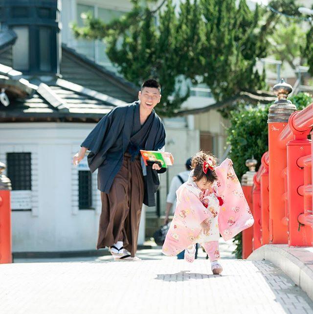 すってん転ぶ  1秒前。転んで 泣いてもまた 走り出す。そんな姿を あたたかく見守り手を差し伸べるパパの姿。いつかの未来に残したい3歳の記念。今日は大安 七五三の日。おめでとうございます。#出張撮影#ロケーションフォト#森戸神社#写真撮ってる人と繋がりたい #写真好きな人と繋がりたい #ig_japan #ig_kids #kidsphotography#3歳#着物#葉山#湘南#子ども写真#七五三#七五三出張撮影 (Instagram)
