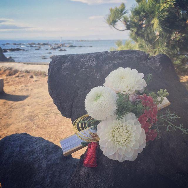 和装wedding.お姉さんが妹さんのためにアレンジした扇子。愛がいっぱいでした。 #国際結婚#森戸神社#森戸大明神#出張撮影#wedding#bouquet#白無垢 (Instagram)