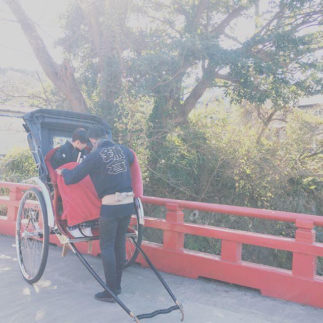 今年の撮影カウントダウンお祝い納めは鎌倉にて。人力車と紅葉お寺さんに撮影使用料を渡しに行ったらご住職さんに良いお年を と合掌していただき気持ちの良い締めとなりました。#人力車#鎌倉#出張撮影#七五三#ハーフ成人式#湘南#子ども写真 (Instagram)