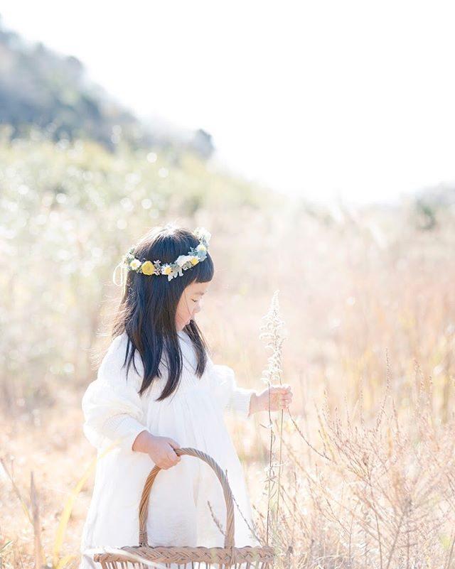 一年のものがたりづくりの中で冬色の草原が一番好きです。#出張撮影#ロケーションフォト#写真好きな人と繋がりたい#写真撮ってる人と繋がりたい#コドモノ#子育て#antique#花かんむり#ハンドメイドこども服#湘南#子ども写真#kidsphotography#お誕生日記念#4歳#1歳#birthday (Instagram)