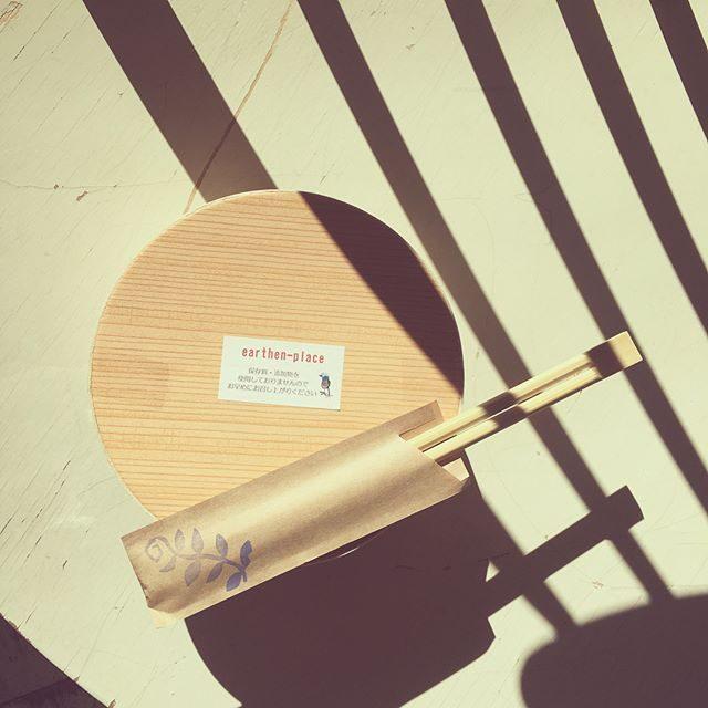 ロケ弁と日だまり。#earthenplace#アーセンプレイス#わっぱ弁当#ロケ弁#カタログ撮影#由比ヶ浜#bornfreeworks#海辺#鎌倉 (Instagram)