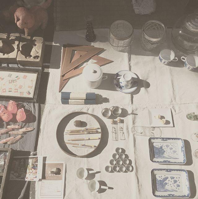 お江戸。朝一 打ち合わせ終わって@alku_mi さんと合流して大江戸骨董市。日本の骨董品や古いモノって値段の相場が全然わからないけれど200円 500円でも掘り出し物がたくさん。撮影の妄想と おしゃべりが止まらない。。 #大江戸骨董市#東京国際フォーラム#骨董品#アンティーク#七五三前撮り (Instagram)