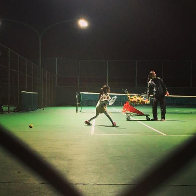 娘 テニスレッスンデビュー。張り切って 昨日ラケット買ったのに入会無料キャンペーン中でテニスラケットもれなくプレゼントという #テニス#ただ今入会キャンペーン中#子育て#小学2年生 (Instagram)