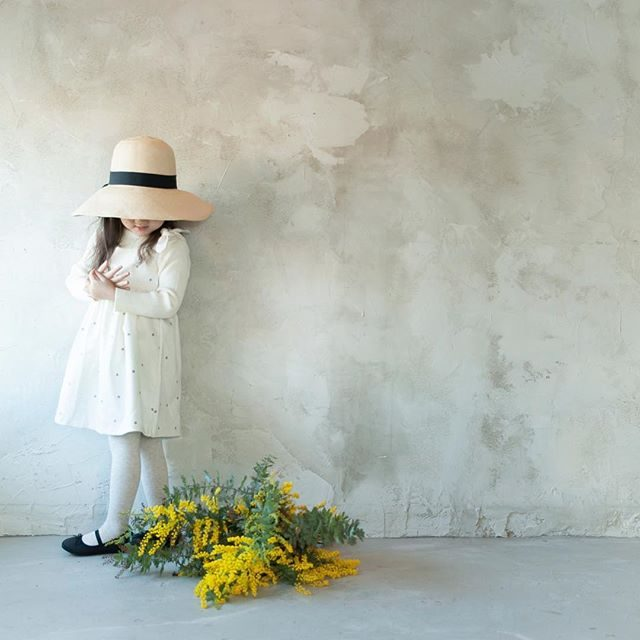 2/20 ALKU'MIさんの春を呼ぶミモザ企画。写真と一緒に飾れる@leplaisir_leplaisir さんのミニリース付きです。卒園卒業の記念に♪詳細は @alku_mi さんにて。あと2枠のようです。#出張撮影#ハンドメイドこども服#写真撮ってる人と繋がりたい#写真好きな人と繋がりたい#東京カメラ部#ミモザ#入園#卒園#入学#卒業#子ども写真#アルクウミ#鎌倉#kidsphotography#湘南#子育て (Instagram)