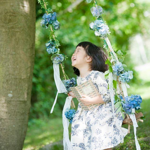 @leplaisir_leplaisir さんのお花スタイリングでお誕生日ブランコ。季節のお花 季節の色でお祝い。2月は ミモザや 春の色で。卒園 入園記念にも♪ #出張撮影#卒園#入学#誕生日記念#葉山#写真好きな人と繋がりたい#写真撮ってる人と繋がりたい#東京カメラ部#flower#farm#kidsphotography#子ども写真#ハンドメイド子ども服#ハンドメイド (Instagram)