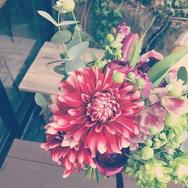 大きなダリア恋金魚っていうそうです。今日の撮影にピッタリ♪コイキングって聞き間違えちゃったけど。#恋金魚#コイキング#bouquet#wedding#出張撮影#ロケーションフォト (Instagram)