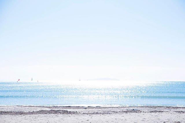BORN FREE WORKSの目の前に広がる 由比ヶ浜の海。お友達の @kotoribeach ちゃんの個展で初めて足を運んだ日からなんて光が柔らかくて居心地が良い空間なんだろうって感じていていつか ここで 撮影ができたらいいなぁという ふわりふわりとしたおもいからクライアントさんのS/Sカタログ撮影で使わせていただくようになって2年目。今度は この 真っ白な船内から海を眺めているような空間と海辺で「船出」をテーマにものがたりを綴りたいなぁ。と また ふわりふわり。。そんなわけで3/24 sat  BORN FREE WORKSさんにて「白と海の写真館ー春」を開催します。ピカピカのランドセル使い込まれたランドセルと一緒に記念のものがたりを。卒園卒業、入園入学がテーマではありますが今回は @_apricot.life さんのお洋服tacktacktack展示オーダー会とのコラボ企画となりますので親子お揃いのお洋服で春のものがたりづくりも大歓迎です。詳細はまた後ほど。http://bornfreeworks.com/ (Instagram)