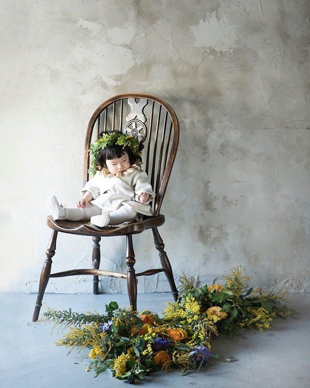 春を呼ぶミモザスタイリングミニ撮影会。1歳のお誕生日だった女の子。たくさんのお花と一緒にお祝い。#お誕生日おめでとう#happybirthday#1stbirthday#出張撮影#1歳#写真好きな人と繋がりたい#写真撮ってる人と繋がりたい#東京カメラ部#湘南#鎌倉#葉山#ミモザ#アンティーク#kidsphotography#ハンドメイド子供服#flower#ママリ#コドモノ (Instagram)