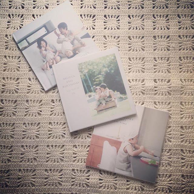 フォトブック 3冊に綴るものがたり。ご自宅へ出張させていただいて新築の記念引越しの記念お誕生日の記念に家族の何気ない日常を残すというカタチのご依頼が増えてきています。撮影プランをとってもシンプルにしたことで色々な家族のご希望に対応できる自由さが生まれた気がします。#出張撮影#ご自宅撮影#子ども写真#葉山#湘南#引越し#新築記念#家族写真#リビング#くらし#シンプルな暮らし#フォトブック#写真好きな人と繋がりたい#写真撮ってる人と繋がりたい (Instagram)